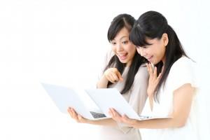 ノートパソコンを見る女の子二人