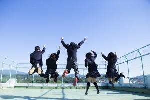 屋上ではしゃぐ高校生たち