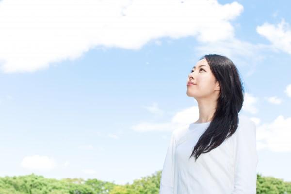 空を見上げる女性 ギター