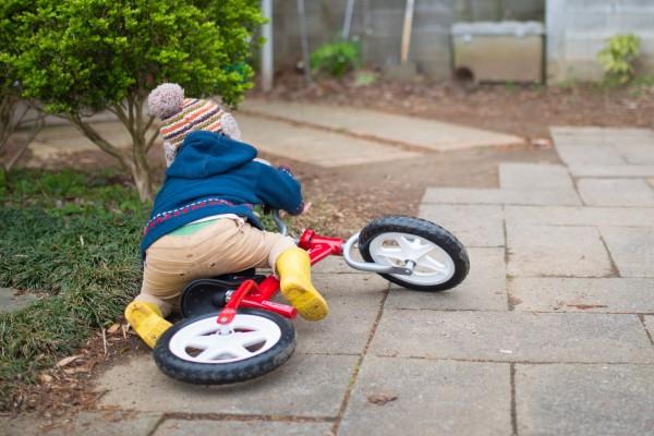 自転車で転倒した子供 ギター